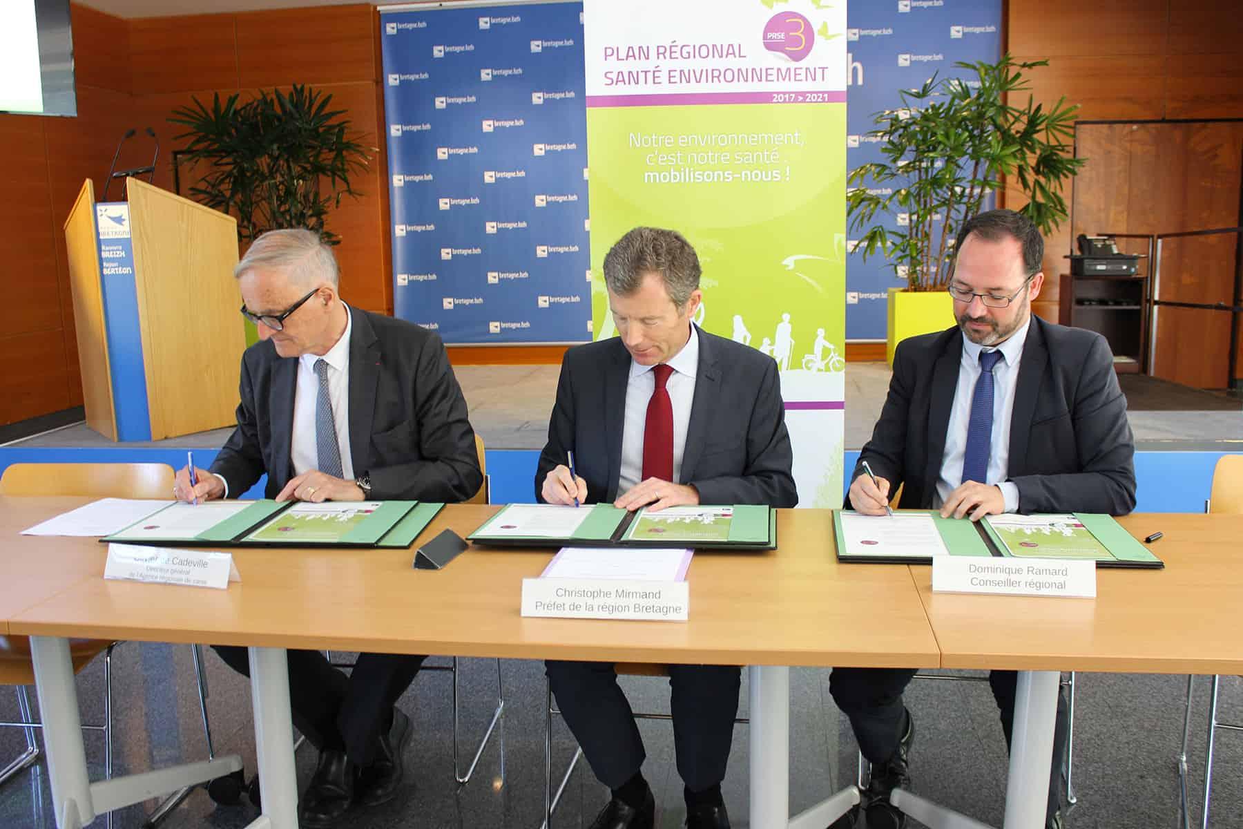 Cérémonie de signature du PSRE 3 entre l'ARS, la préfecture de région et le conseil régional : M. de Cadeville, M. Mirmand et M. Ramard (de gauche à droite)